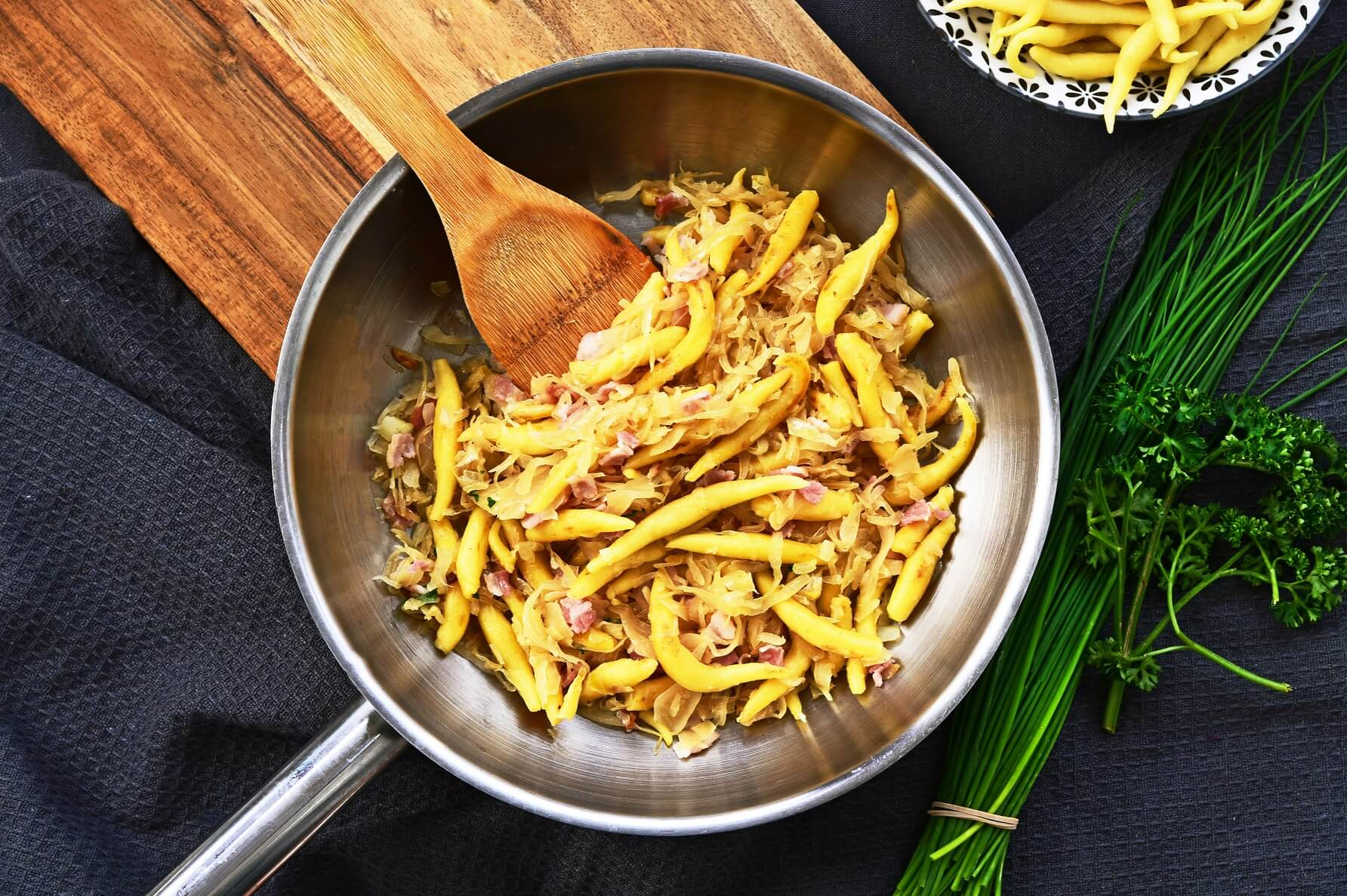 Schupfnudeln-Rezept-Fingernudeln-mit-Sauerkraut-vegetarisch-mit-Hackfleisch-Spinat-Pilzen-vegan